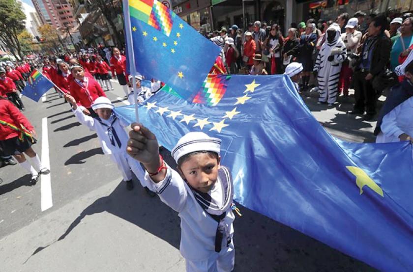 CELEBRACIÓN. En La Paz, los escolares se volcaron a las calles ayer para rendir su homenaje al 23 de marzo.