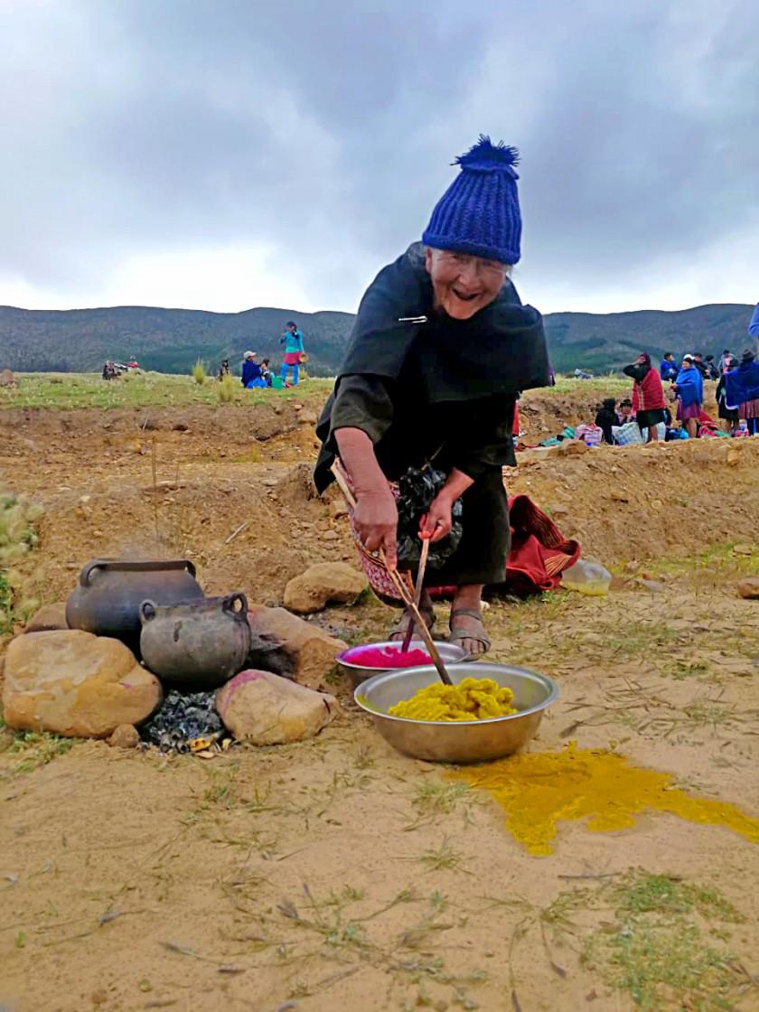 Doña Saurina es una de las pocas personas que aún tiñe la lana con tintes naturales.