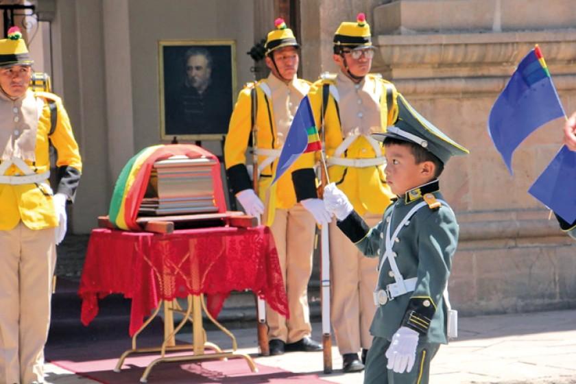 Iker Montellano, rinde su homenaje  haciendo su paso por la Casa de la Libertard.
