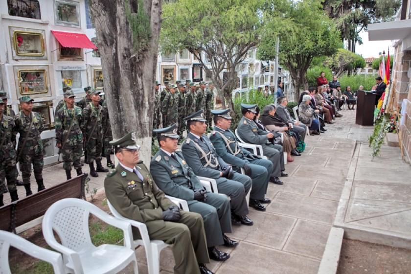 Autoridades militares y familiares se hicieron presentes en el acto.