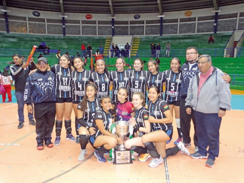 Las cochabambinas celebraron anoche la obtención del título nacional en voleibol infantil.