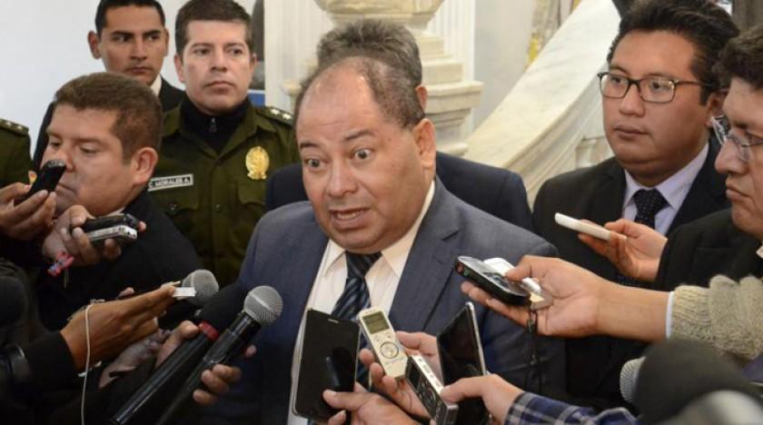 EXPLICACIÓN. El ministro de Gobierno, Carlos Romero, en conferencia de prensa.