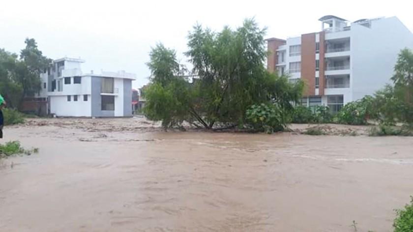 Desastre. La furia del río Sauce derribó los muros de contención.