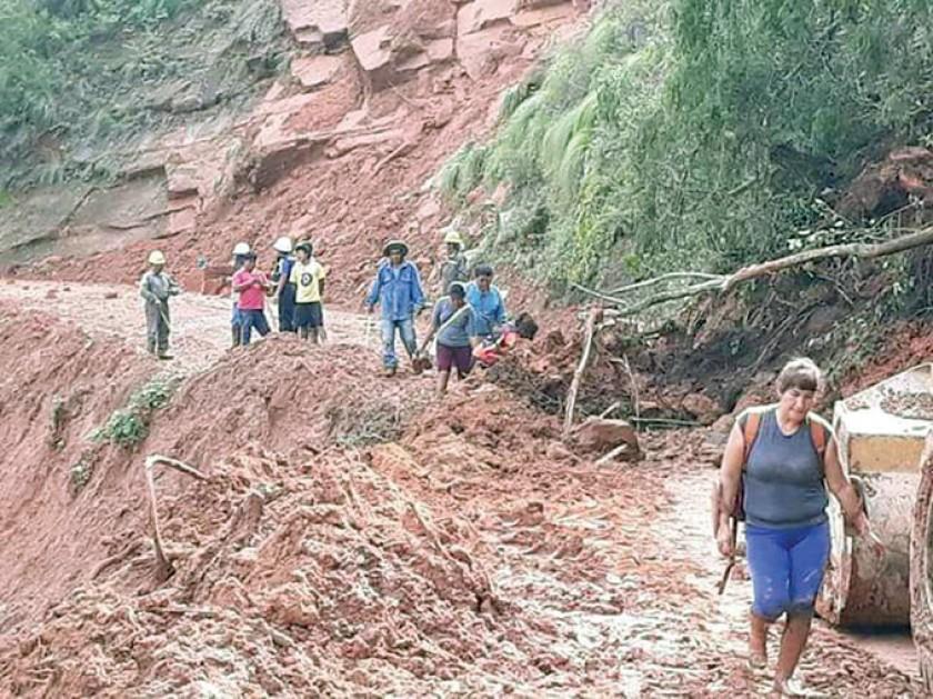 CARRETERA. Los pasajeros tardaron más de 48 horas en llegar de Sucre a Monteagudo, e hicieron algunos tramos a pie.
