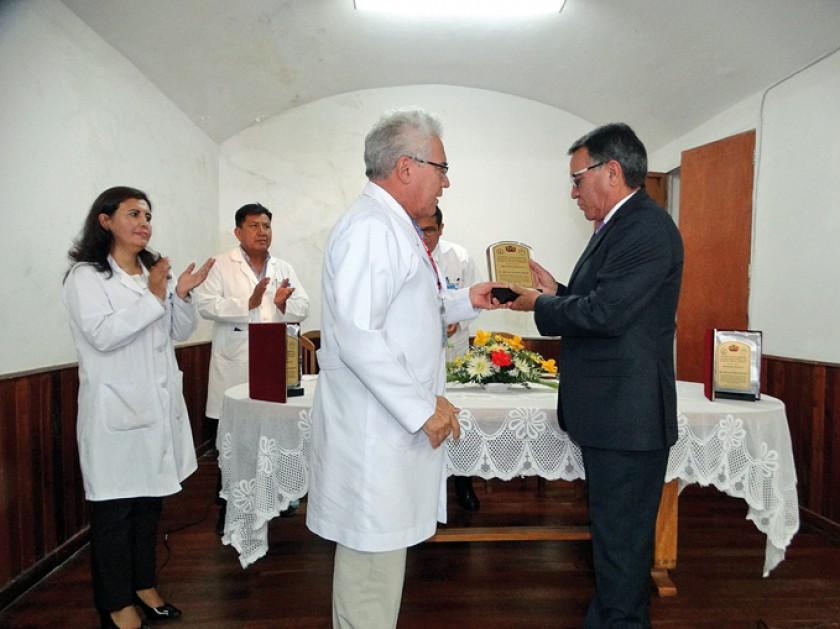 Oscar Puente (d) recibe el reconocimiento  de su hermano Marcelo Puente.