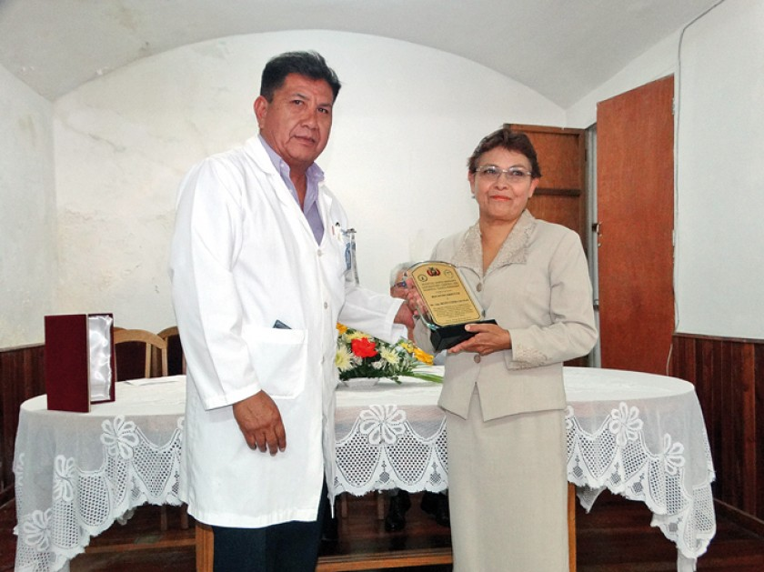 Oswaldo Enríquez en el momento  de la distinción a Betty Uzeda.