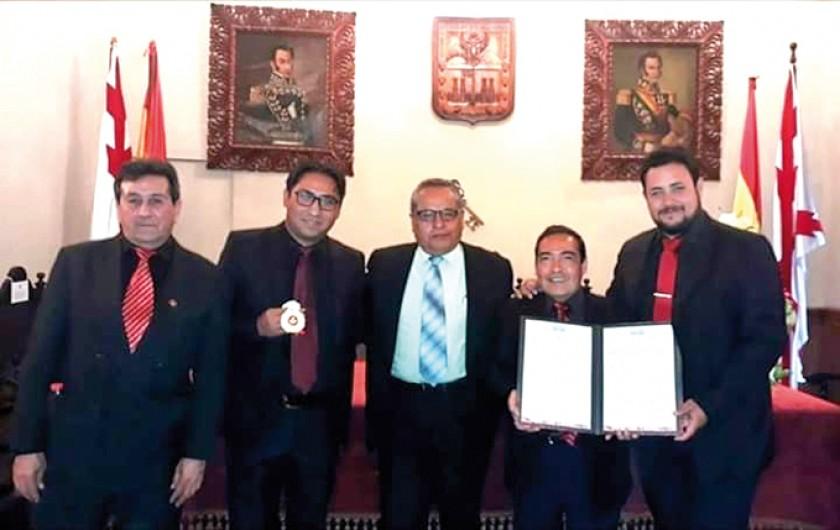 Los actuales integrantes del grupo junto a Edgar Aramayo, ex integrante  y fundador del grupo.