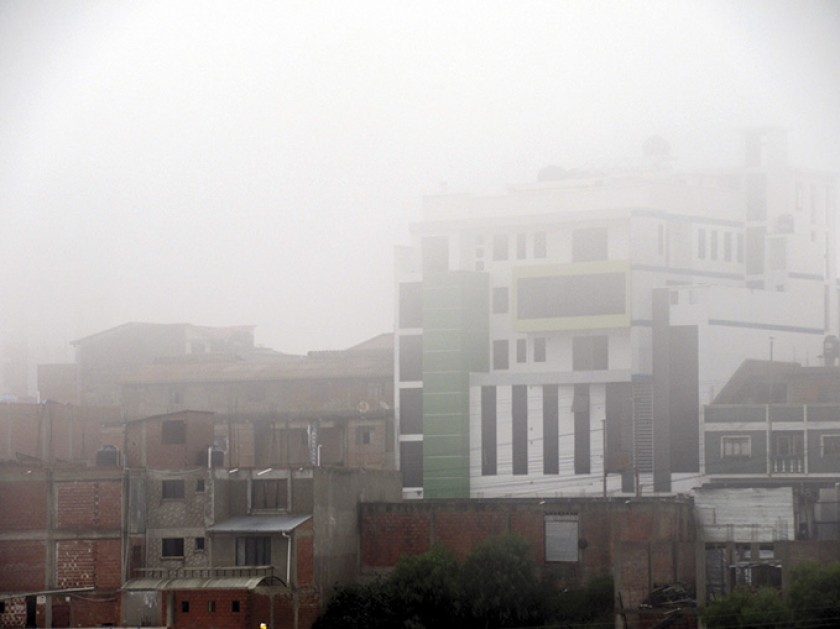 ADVERSO. Una densa neblina cubrió el cielo sucrense y también el de Yamparáez.