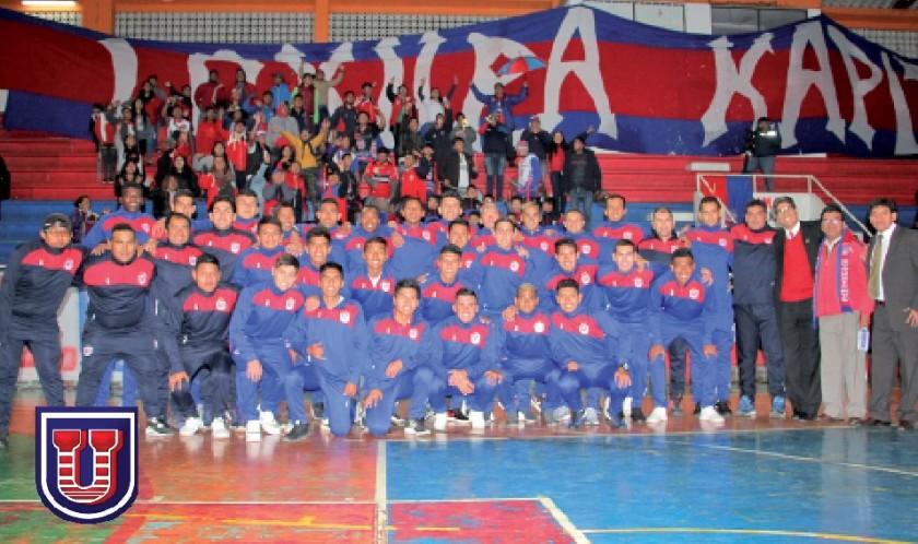 El equipo de fútbol que participa del torneo de la Primera A, junto a los dirigentes y la hinchada estudiantil.