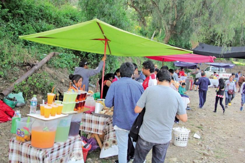Las vivanderas ofrecen sus productos en el estadio Lourdes de Yotala.
