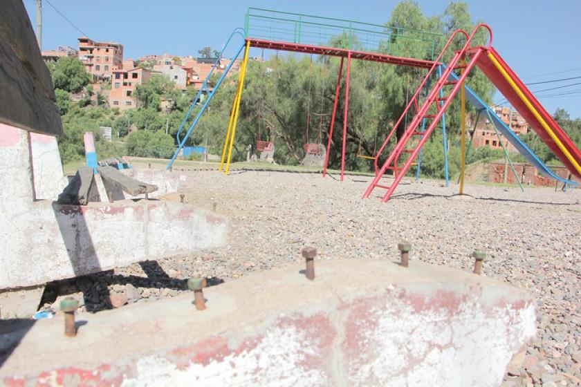 DESCUIDO. En Bajo Aranjuez, el parque infantil está al borde de una carretera y no tiene áreas verdes.