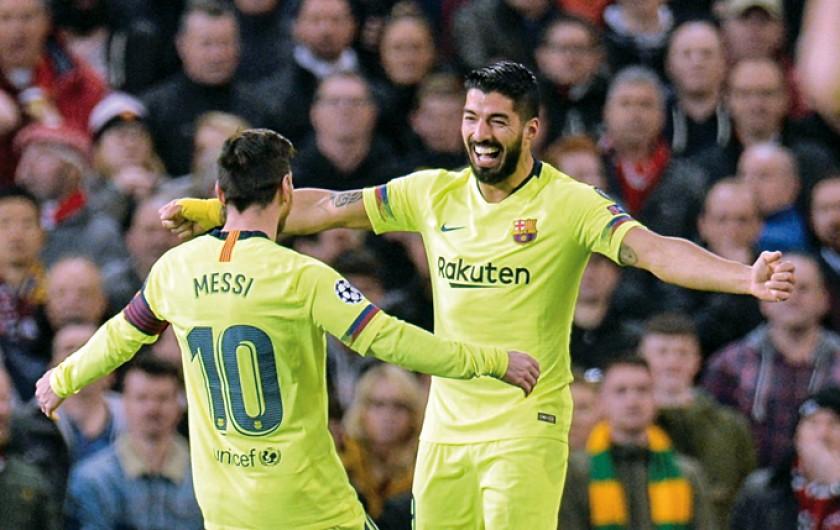 Lionel Messi y Luis Suárez del Barcelona celebran el triunfo en Manchester; abajo, Cristiano festeja su gol.