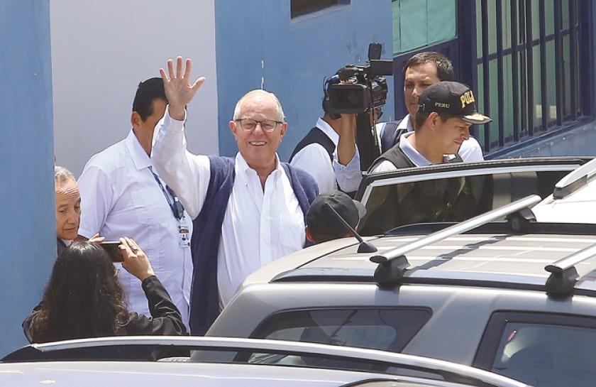 DETENIDO. Pedro Pablo Kuczynski saluda al salir de su revisión médica en Lima