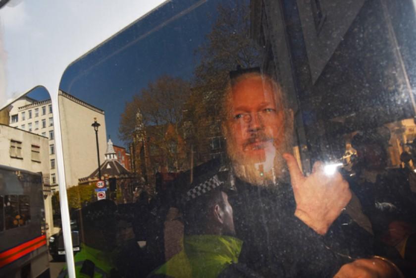 LONDRES. Julian Assange es trasladado a un tribunal de Westminster por agentes de la Policía Metropolitana.