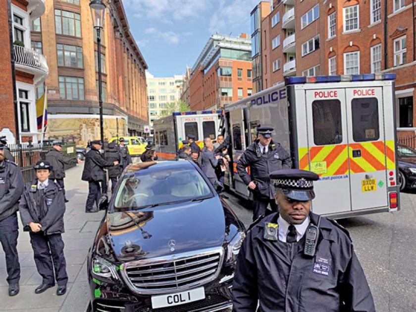 OPERACIÓN. Momentos en que Scotland Yard detiene a Julian Assange.