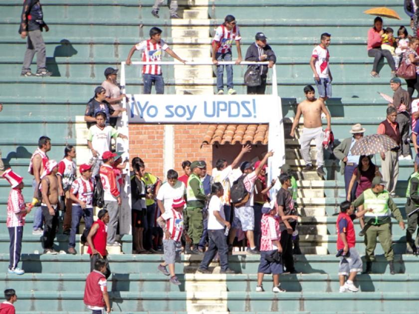 Hinchas de Independiente y Universitario provocaron una gresca en la recta de General