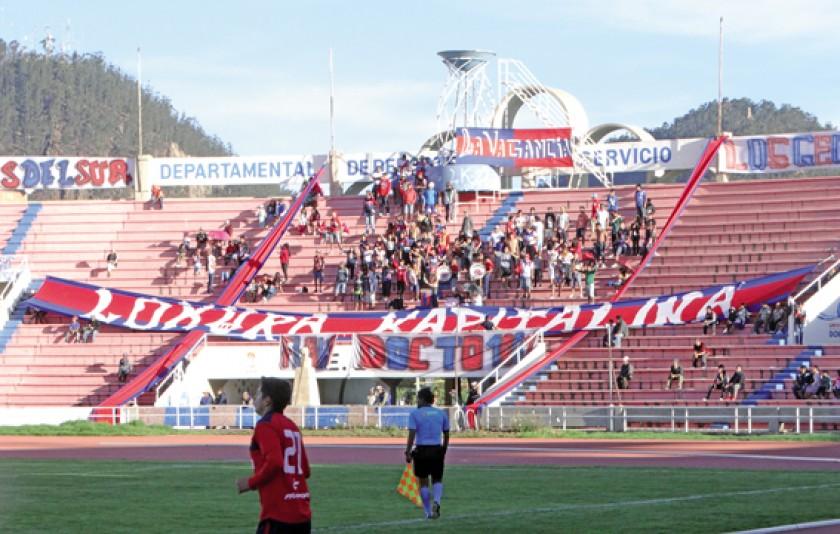 La hinchada de Universitario volvió a las tribunas del estadio Patria.