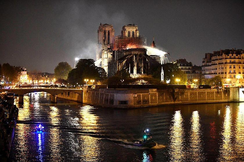 Bomberos intentan apagar el incendio en la catedral de Notre Dame este lunes, en París (Francia). FOTO: EFE