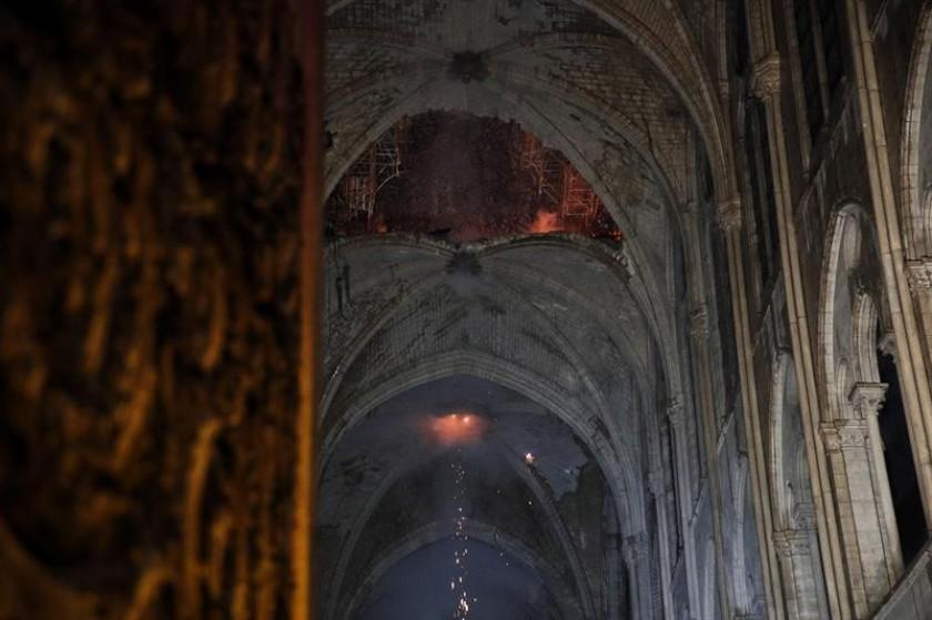 Una imagen del interior de la catedral de Notre Dame que ardió en llamas este lunes. FOTOS: EFE