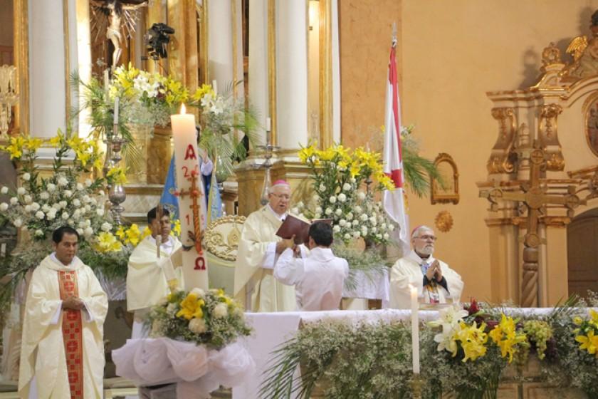 CATEDRAL. La celebración de la Vigilia Pascual presidida por el Arzobispo de Sucre.