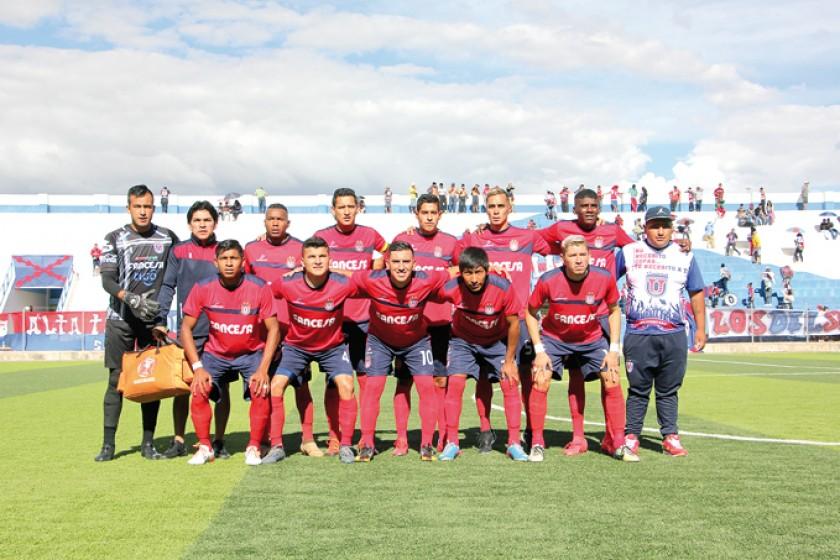 """El equipo albo pondrá en juego el invicto de la """"U"""" esta tarde, en el óvalo del estadio Patria."""