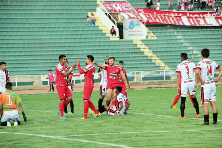 Los jugadores de Independiente celebran el gol convertido por Gastón Mealla