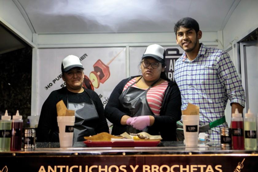 """Anticuchos y brochetas con """"Al Carbón""""."""