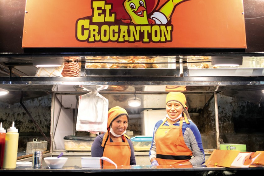 """Pollos a la broaster """"El Crocantón""""."""