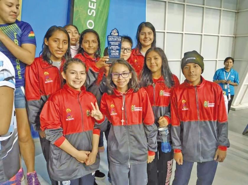 La selección de natación obtuvo el tercer lugar por categorias, en Villa Tunari