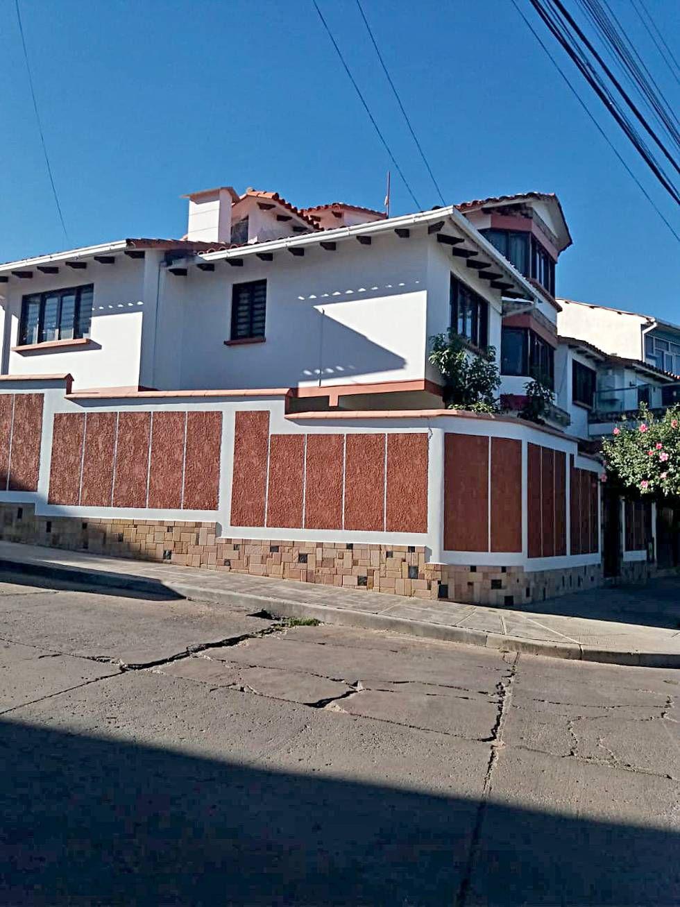 El arquitecto Guillermo Berrios y dos de las casas que edificó.