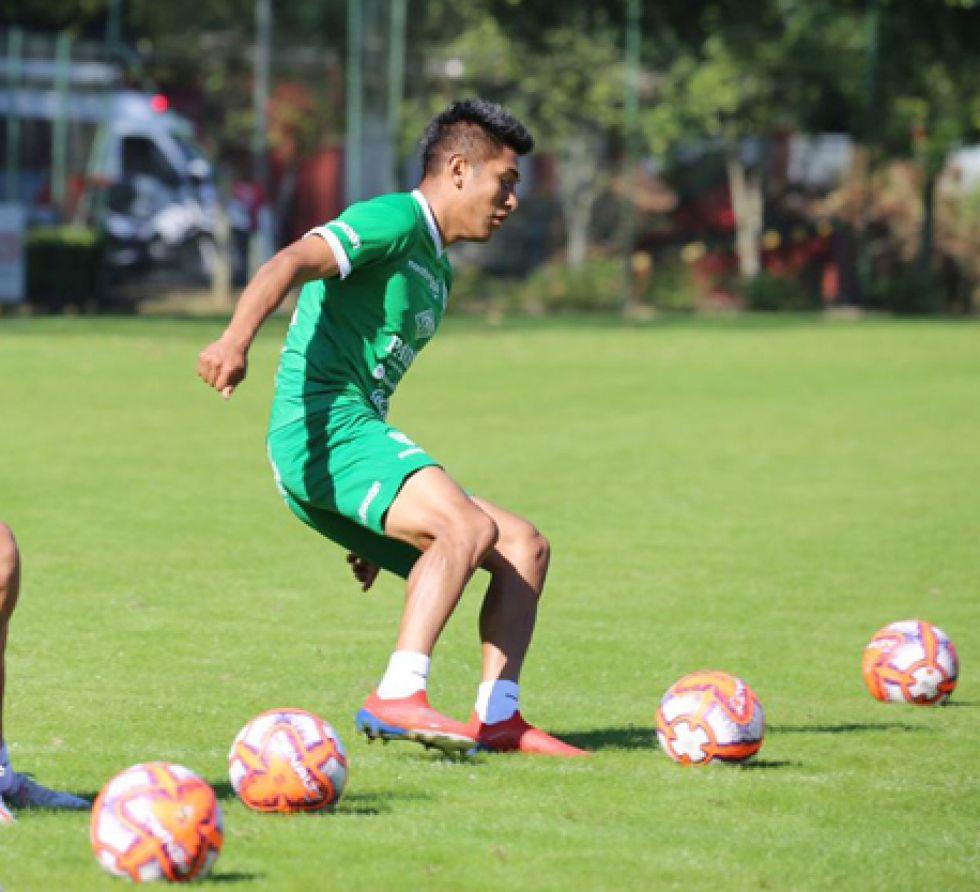 Erwin Saavedra, solo uno de los dos futbolistas entrará al onceno del DT Villegas.