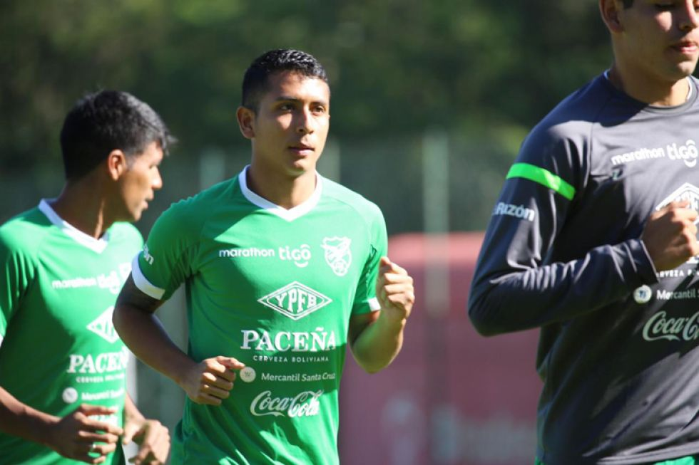 Roberto Fernández, solo uno de los dos futbolistas entrará al onceno del DT Villegas.