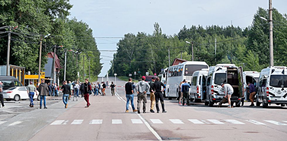 Los visitantes esperan para entrar en el puesto de control de Dytyatky de la zona de Chernóbil (Ucrania). EFE/EPA/Sergey Dolzhenko