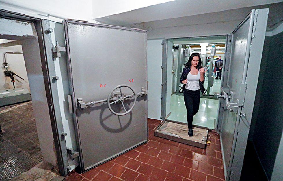 07/06/2019.- Un visitante asiste al refugio subterráneo, el primer cuartel general de los liquidadores en la noche del accidente en 1986 durante una gira en Chernóbil (Ucrania). EF