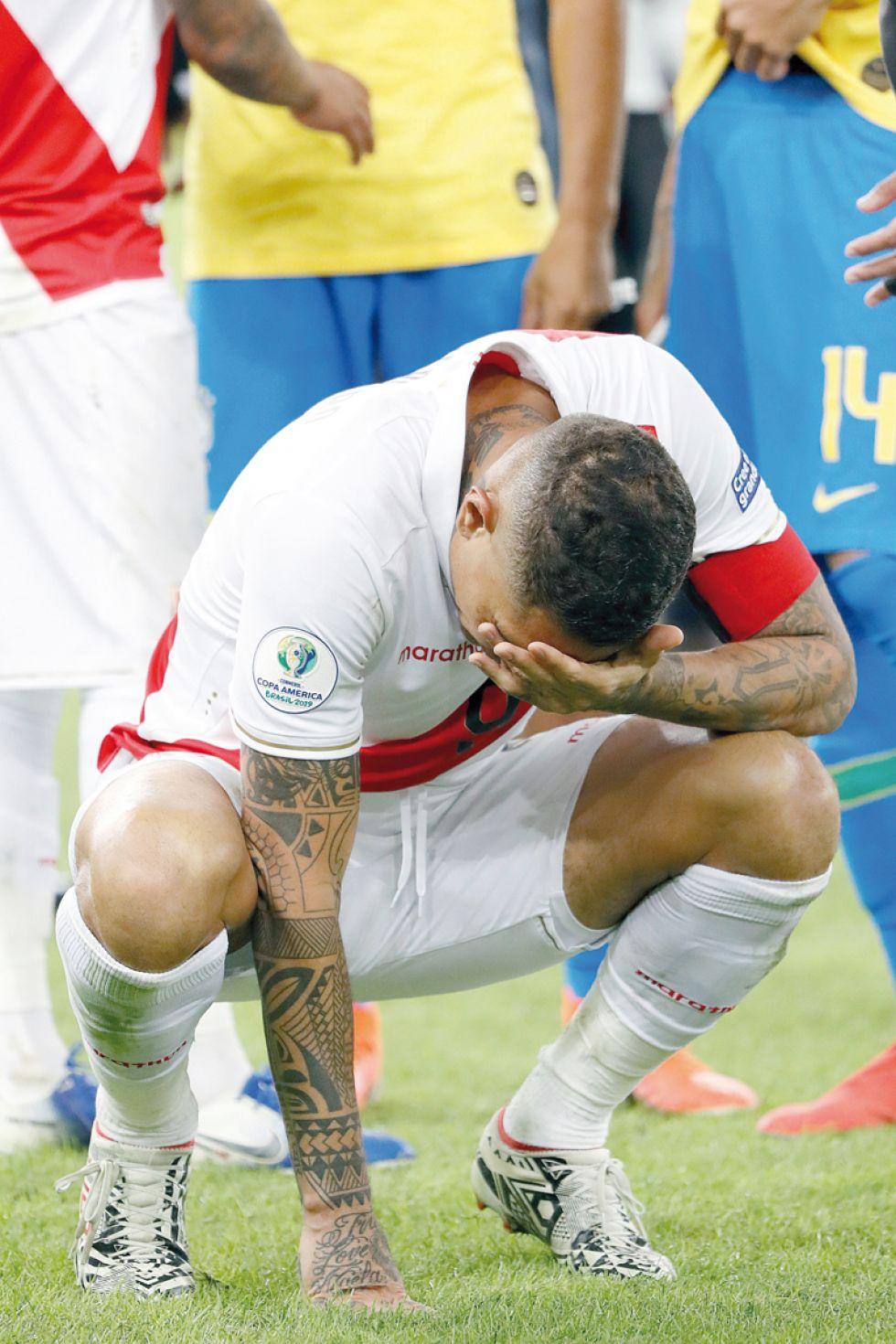 Paolo Guerrero, de Perú, se lamenta por la derrota ante Brasil.
