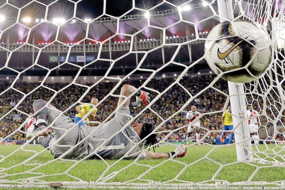 Richarlison convierte de penal el 3-1, venciendo a Pedro Gallese.