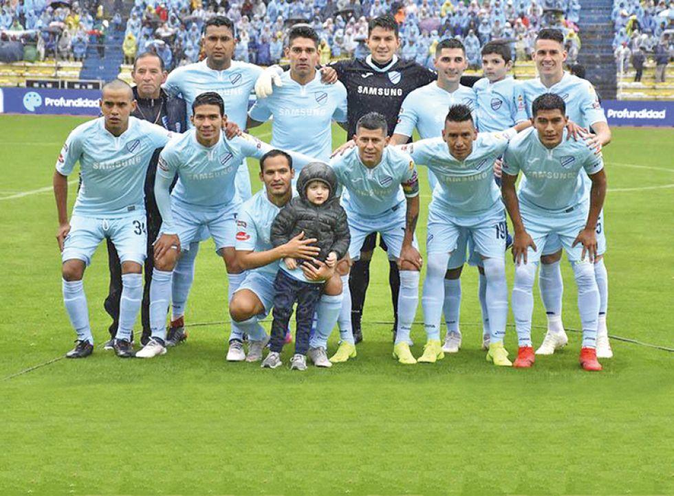 Los equipos de Bolívar (arriba) y Oriente Petrolero que terminaron jugando el torneo pasado.