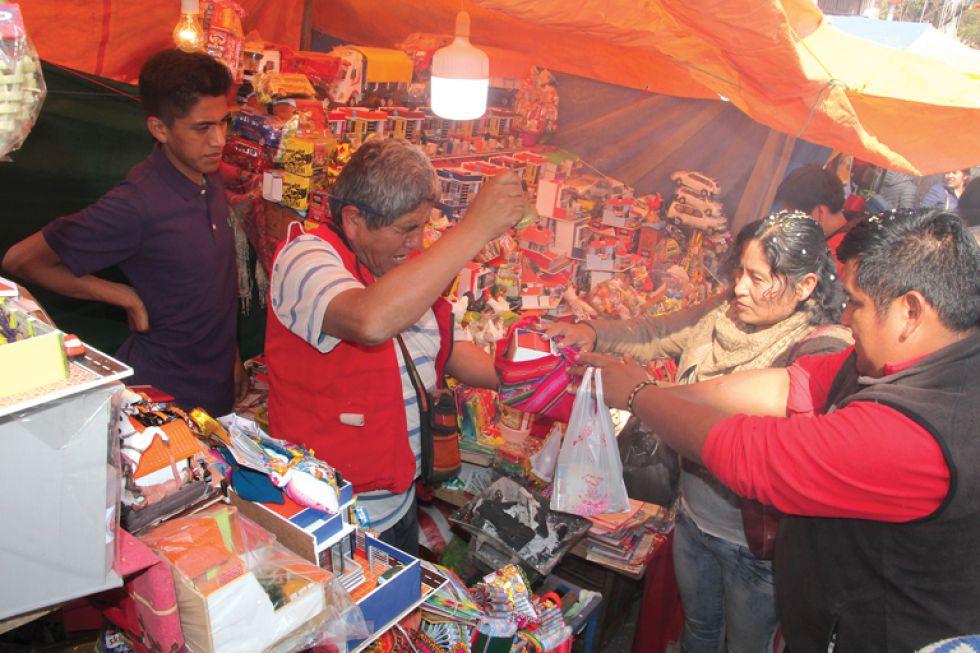 Un vendedor ch'alla objetos adquiridos al mediodía.