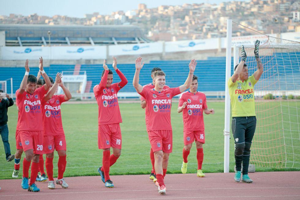 Los jugadores del conjunto estudiantil festejaron la victoria junto a su hinchada en la curva sur del Estadio Patria.