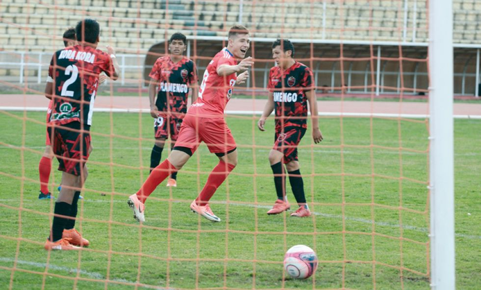 El delantero argentino Sebastian Cavallin celebra el tercer gol