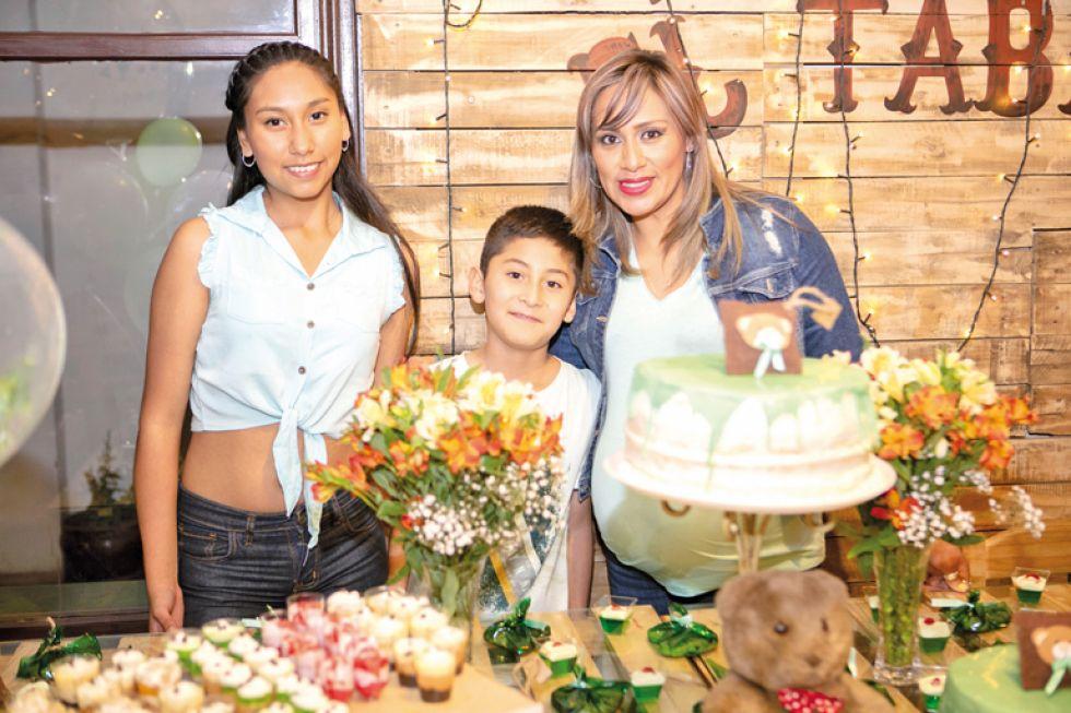 Fabiana e Ignacio Campos junto a Nelsy Olivera.