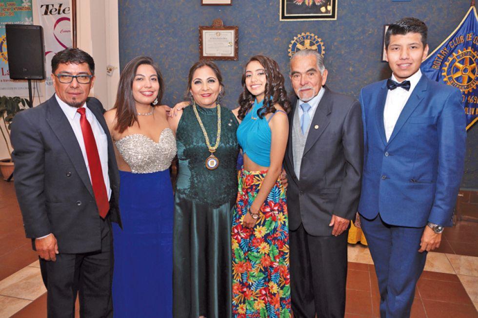 Patricia Marañon (tercera izquierda), presidenta de los Charcas acompañada de su familia.