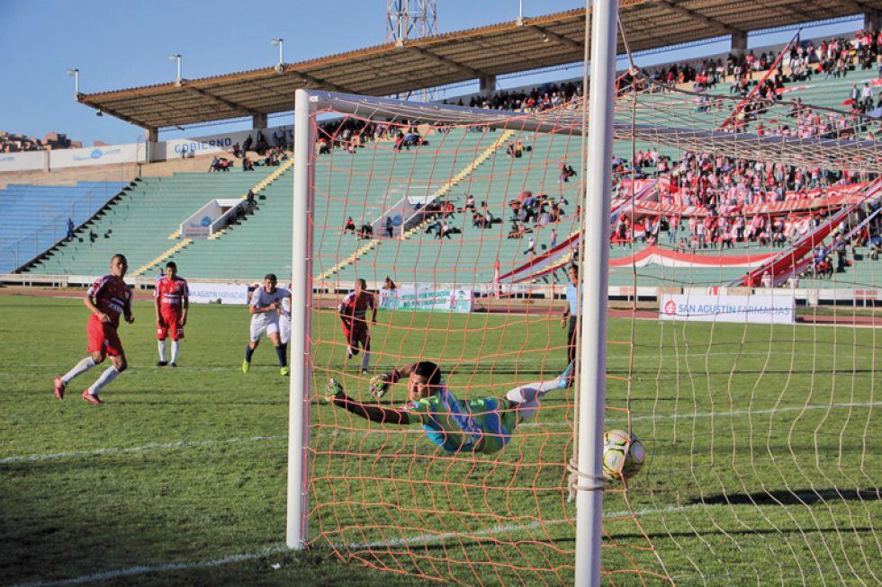 Godoy anotó dos goles; al lado, el penal anotado por Cuéllar y la hinchada.