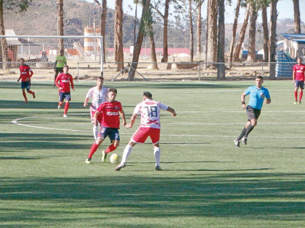 Un pasaje de partido entre Universitario y Viveros.