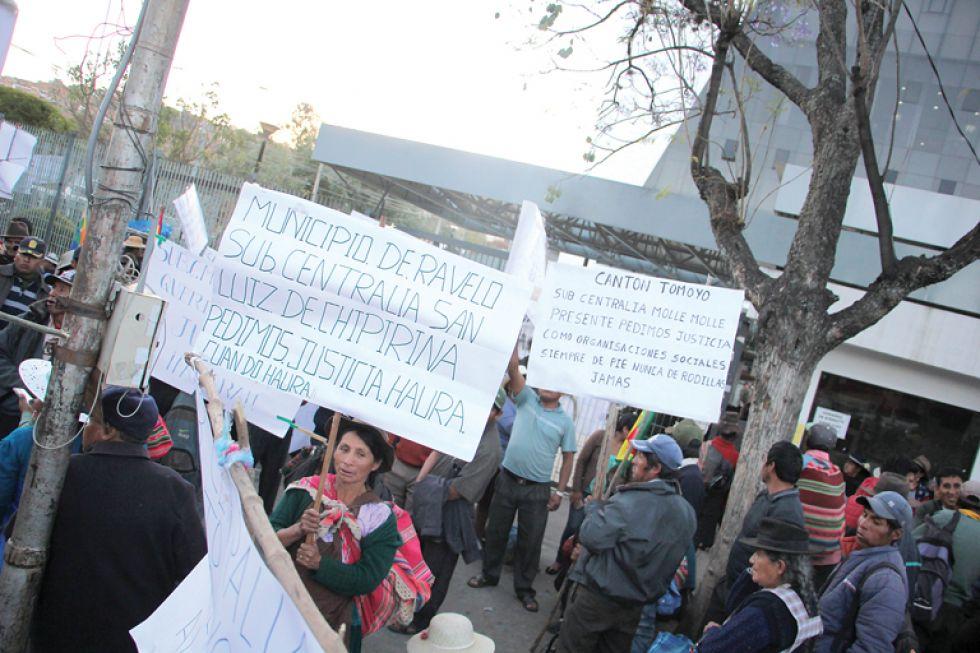 PROTESTA. Los pobladores de Ravelo se apostaron en la puerta del TDJ.