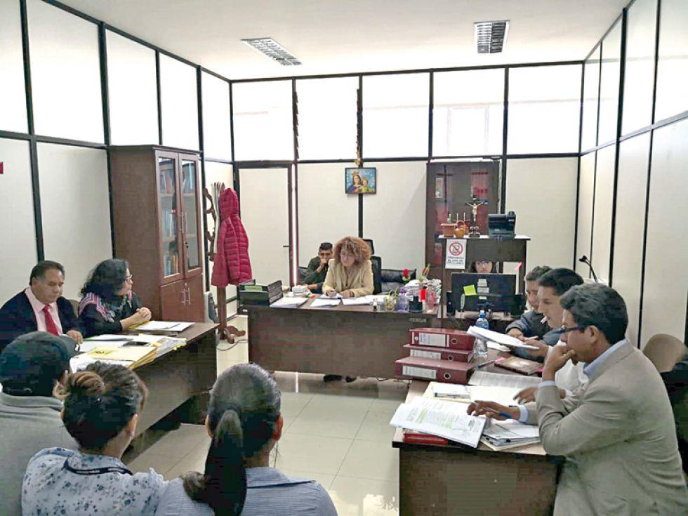 AUDIENCIA. Las partes en el caso de supuesta corrupción comparecieron ante la jueza cautelar.