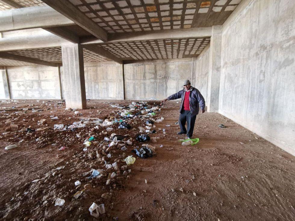 BASURAL. El edificio se deteriora y es ocupado por gente que consume bebidas alcohólicas.