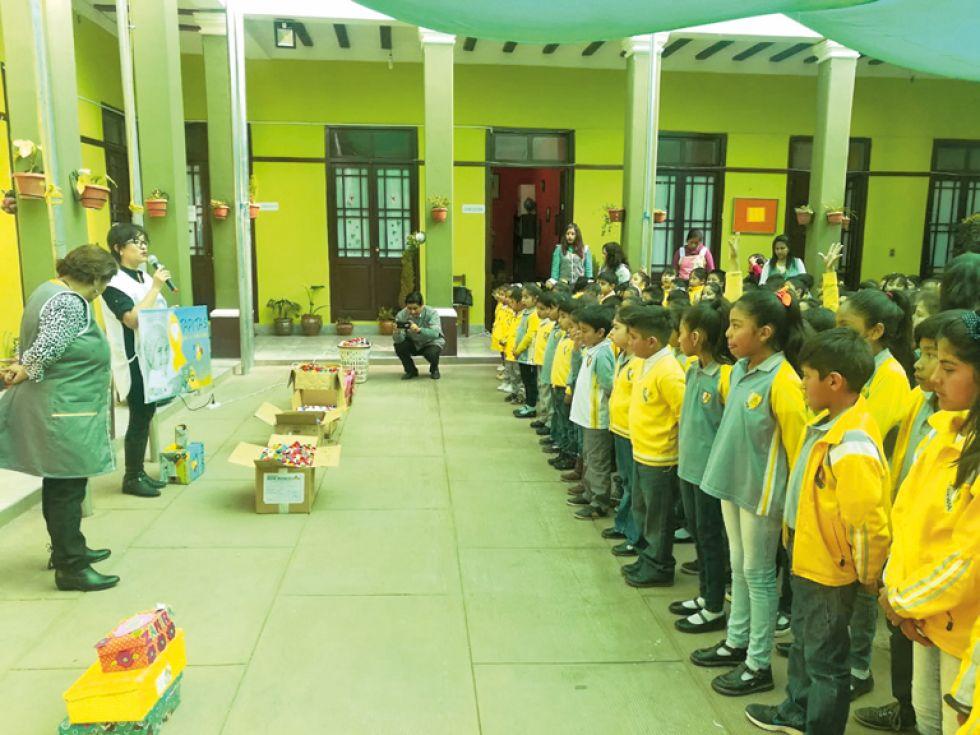 SOLIDARIDAD. Niños de una unidad educativa entregan sus donativos.