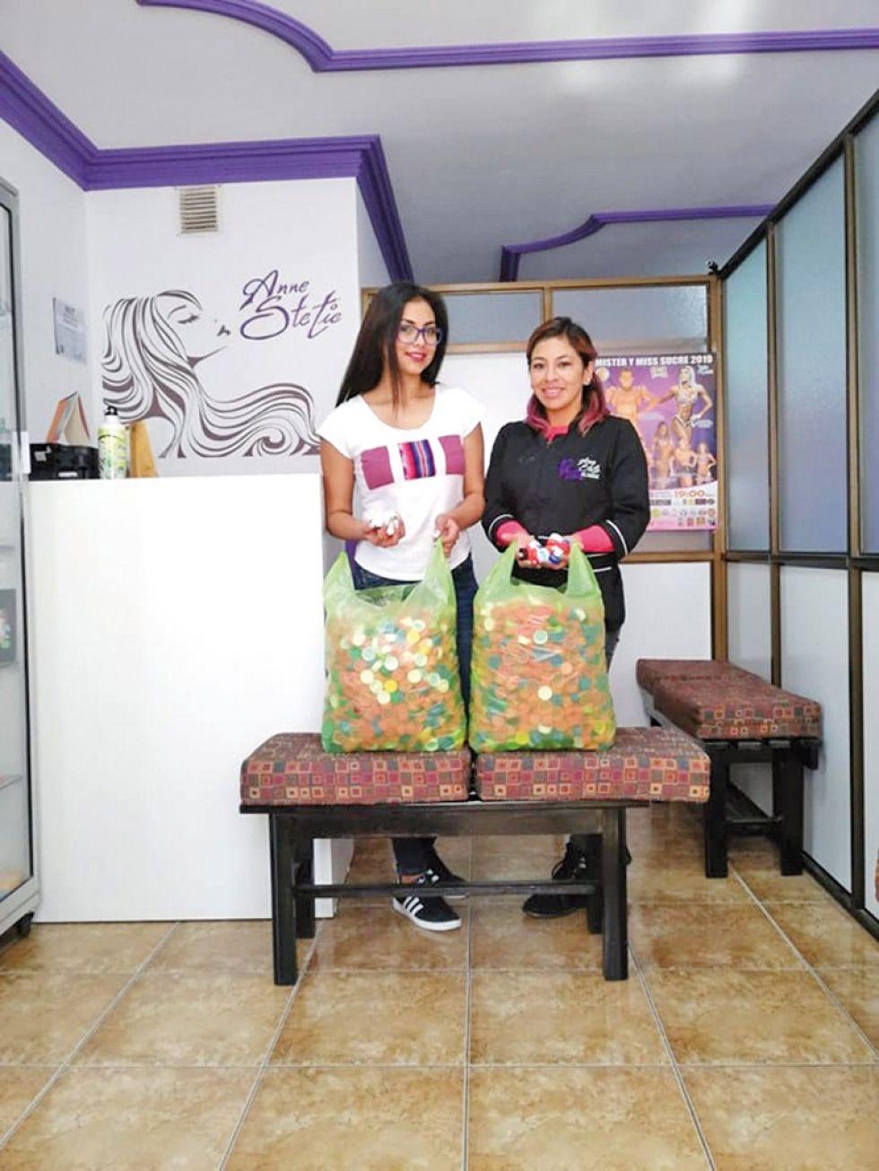 CAMPAÑA. Elena Romero, Miss chuquisaca 2018, junto a Anahí Peralta.