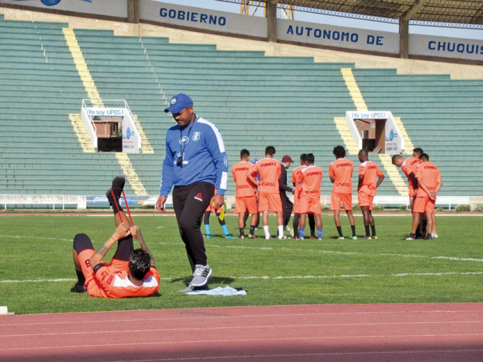 El Decano en uno de sus últimos entrenamientos en el Patria; abajo, Universitario entrenó ayer en Tarija.